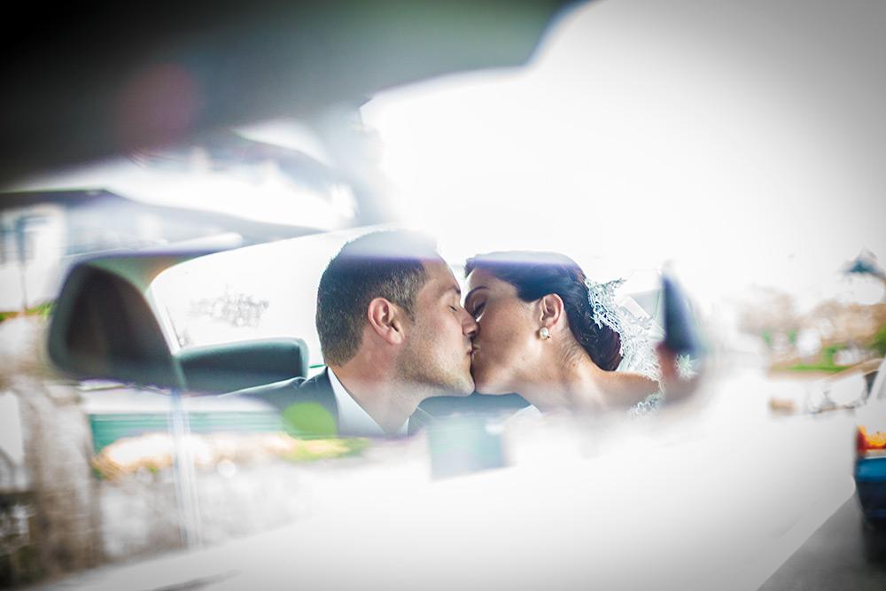 fotografos-bodas-santander-beso-retrovisor