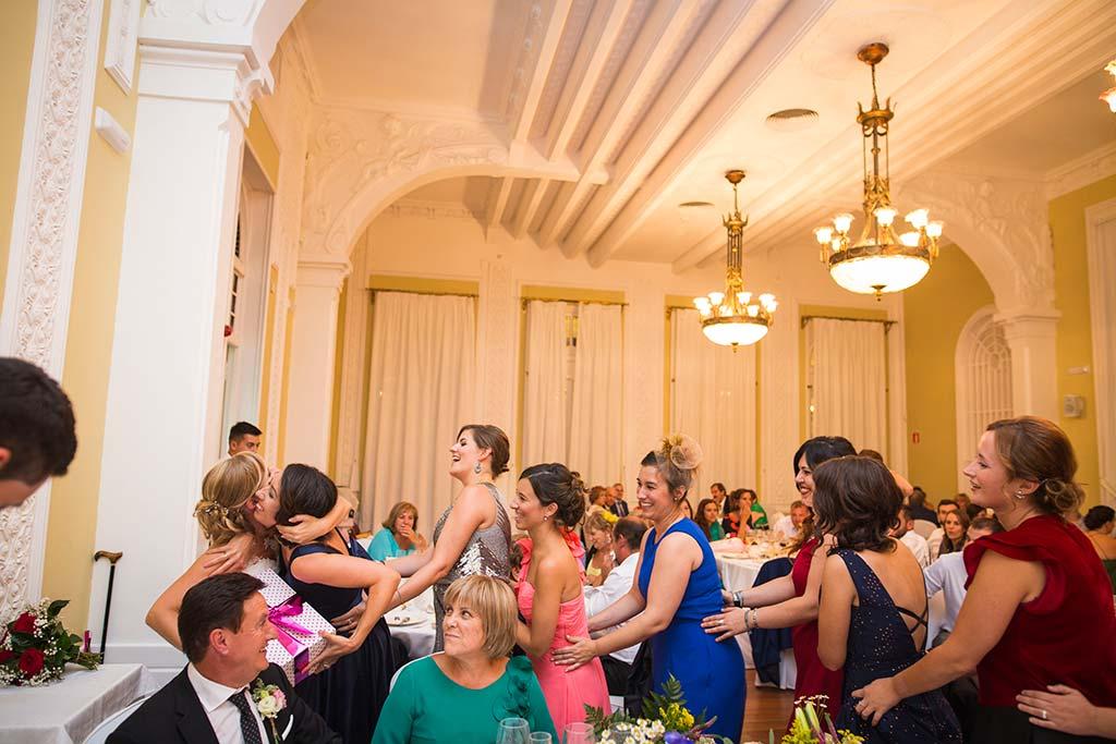 Fotos de bodas Santander Diana y Javier regalo amigas