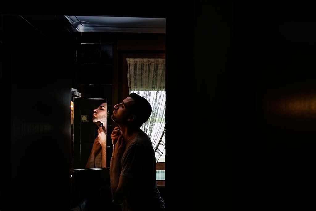fotografo bodas Laredo Cantabria Kike afeitandose