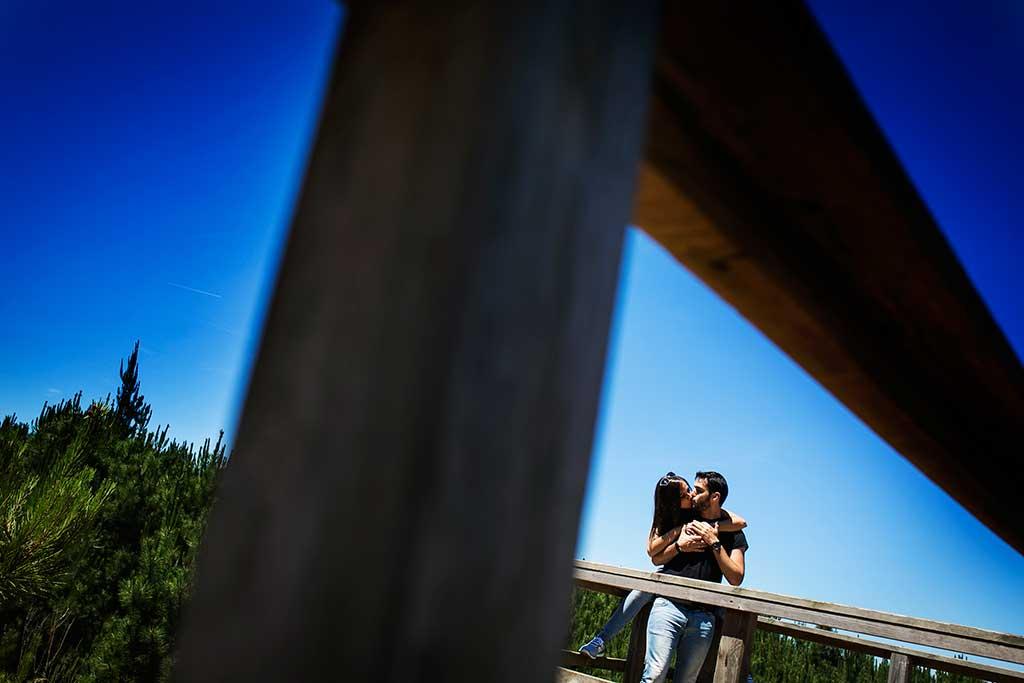 fotografo de bodas preboda liencres isa asier beso mejilla
