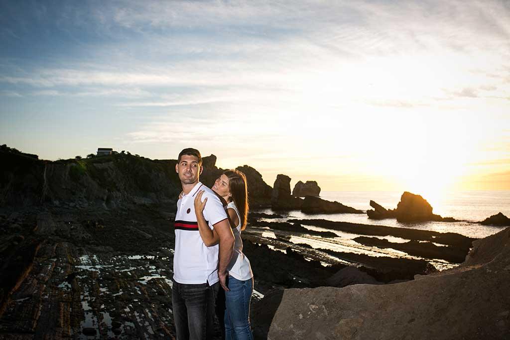 fotógrafo de bodas Cantabria preboda Mario y Carla abrazo al atardecer