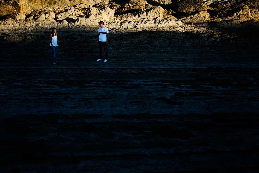 fotógrafo de bodas Cantabria preboda Mario y Carla mirandose