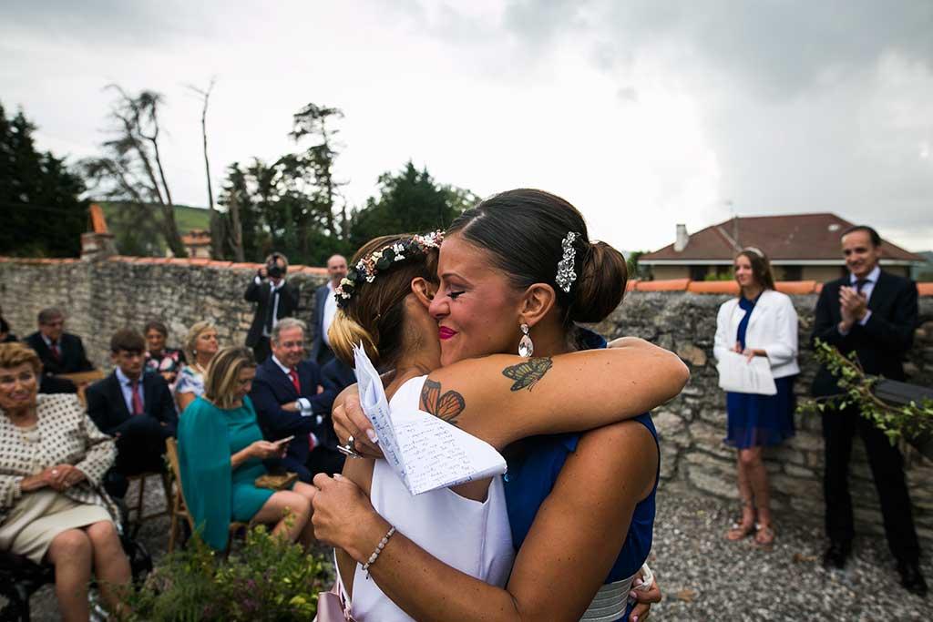 fotógrafo de bodas Cantabria abrazo amiga