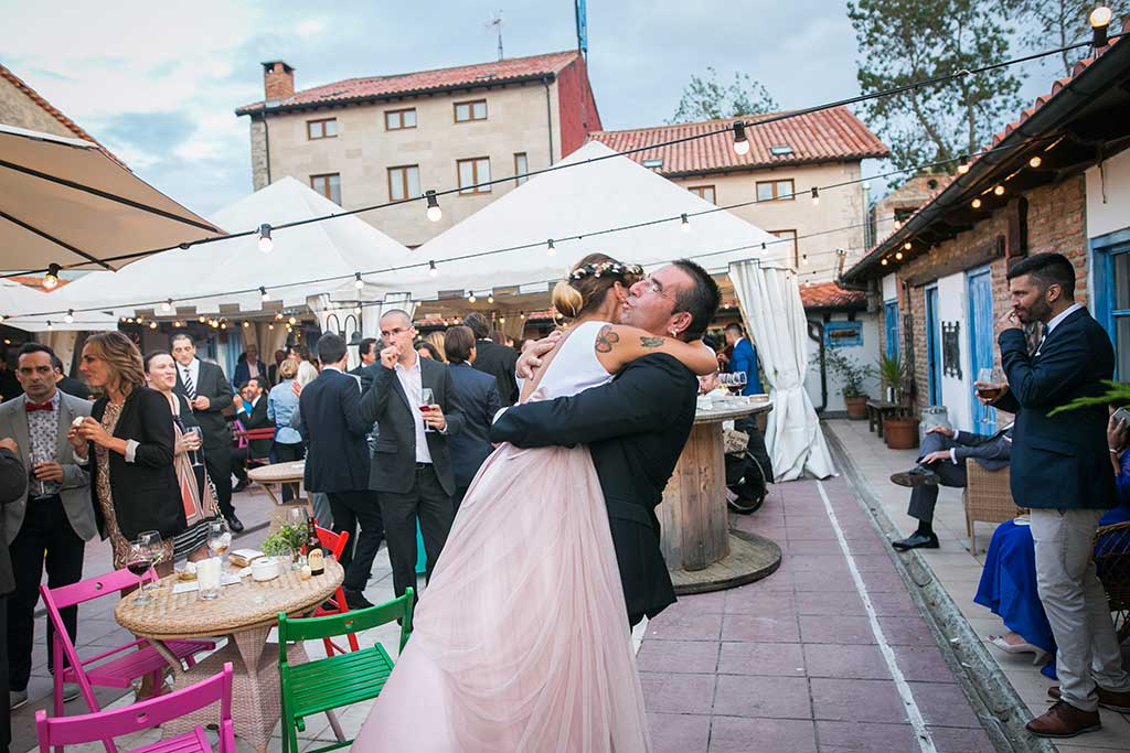 fotógrafo de bodas Cantabria abrazo primos