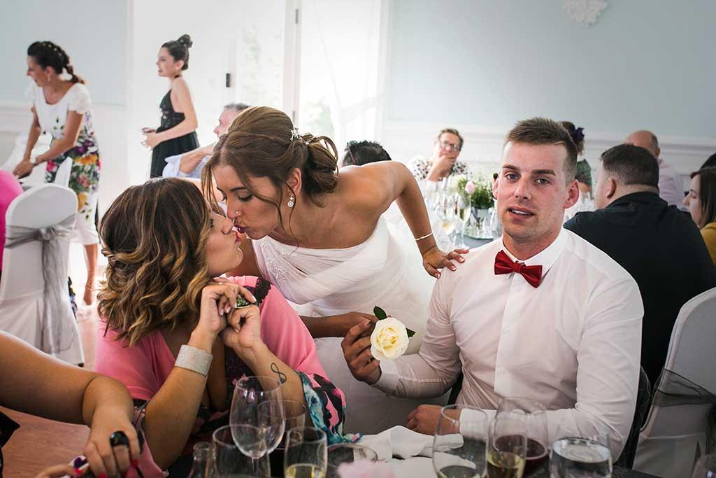 fotógrafo de bodas Santander Sandra y Fran besos amigas