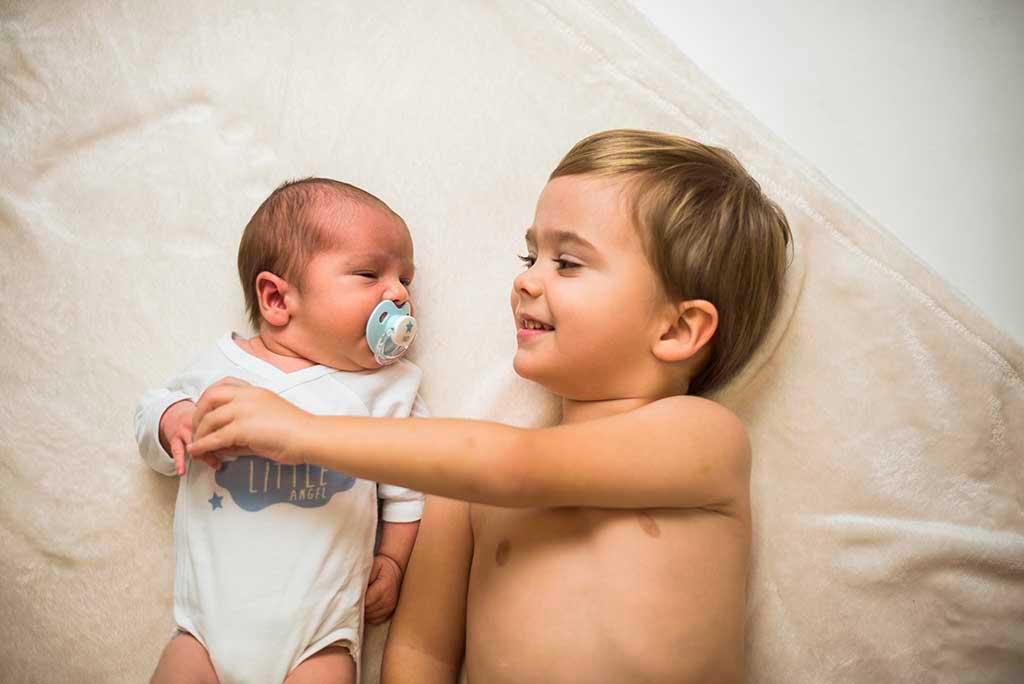 fotos de bebes recien nacido enzo abrazo