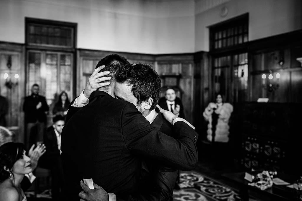 fotografo de bodas en Cantabria Maria y Borja abrazo hermanos