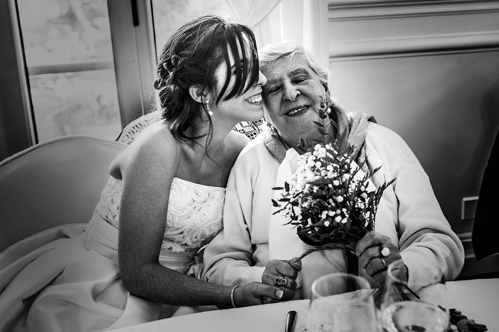 fotografo de bodas en Cantabria Maria y Borja beso abuela