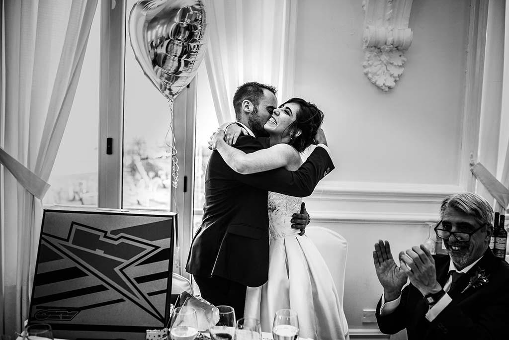 fotografo de bodas en Cantabria Maria y Borja abrazo novios