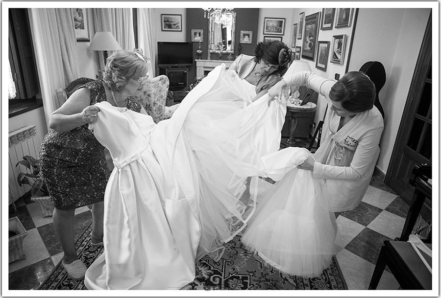 fotografos-bodas-santander-cantabria-vestir-novia