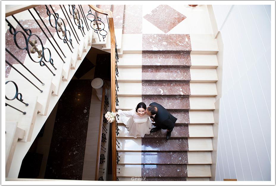 fotografos-bodas-santander-raquel-david-beso-escaleras