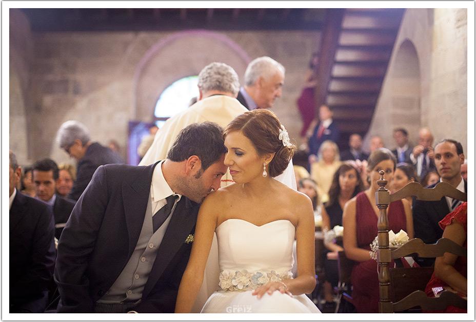 fotografo-bodas-santander-cantabria-fraguas-iglesia-beso-hombro