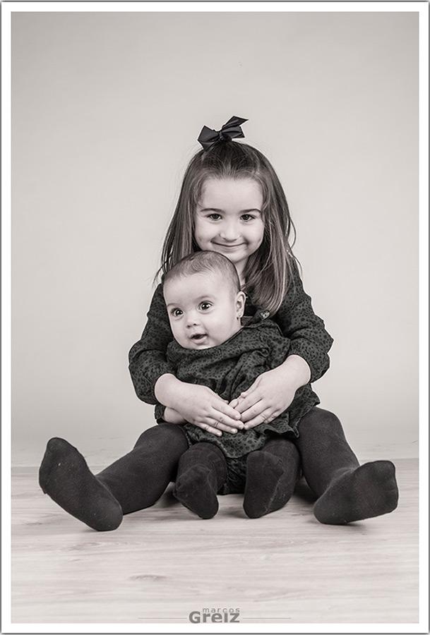 fotografos-niños-santander-cantabria-abrazos-hermanas