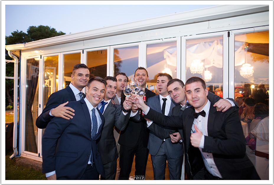 fotografos-bodas-cantabria-brindis-chicos-byr