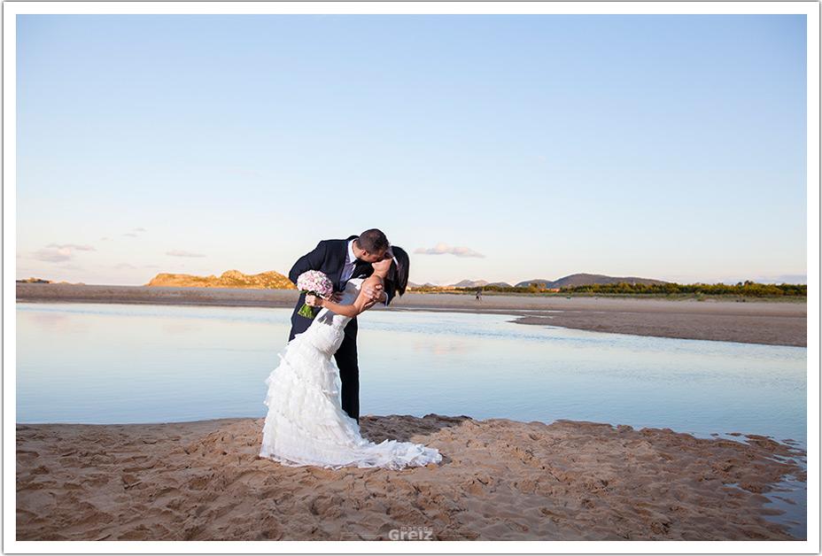 fotografos-bodas-cantabria-byr-beso-playa