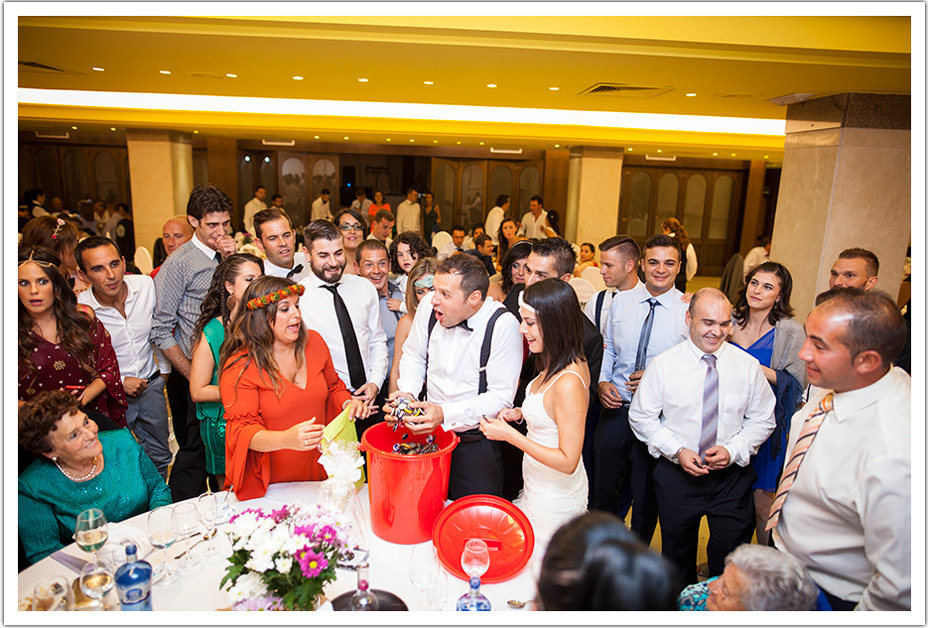 fotografos-bodas-cantabria-novio-recibiendo-regalo-amigos-byr
