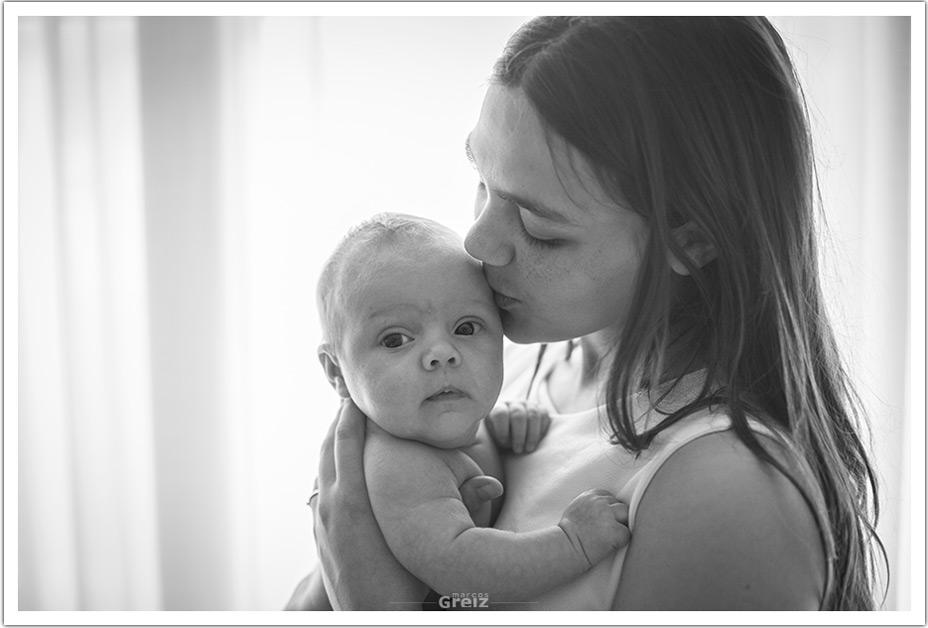fotografo-recien-nacido-santander-marcos-greiz-adaia-beso-mama