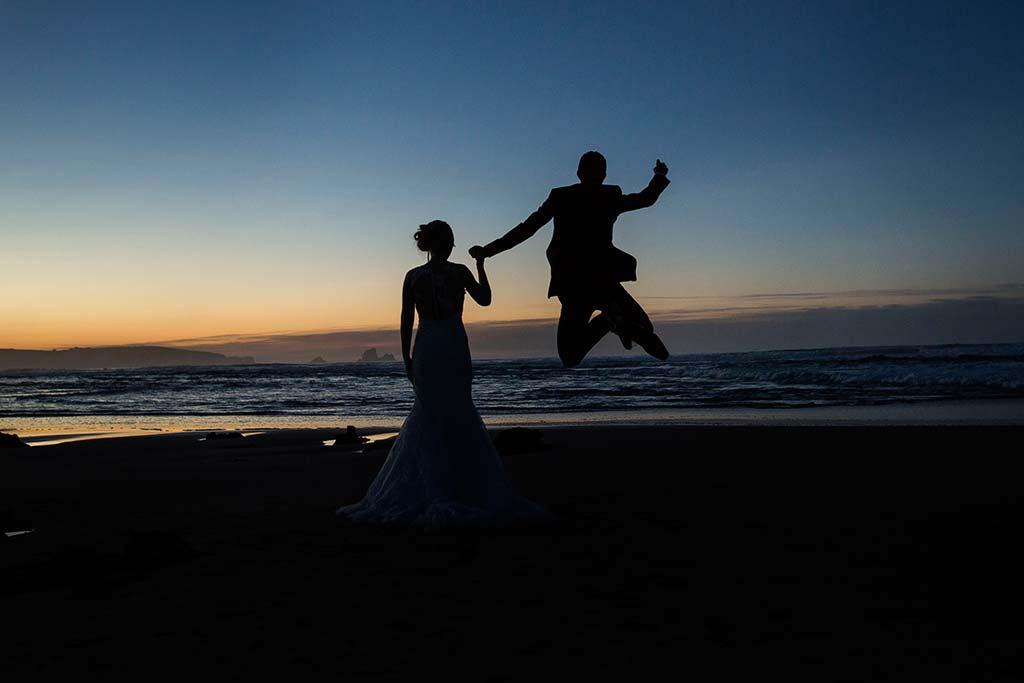 Fotos de boda Santander Diana y Javier novios saltando