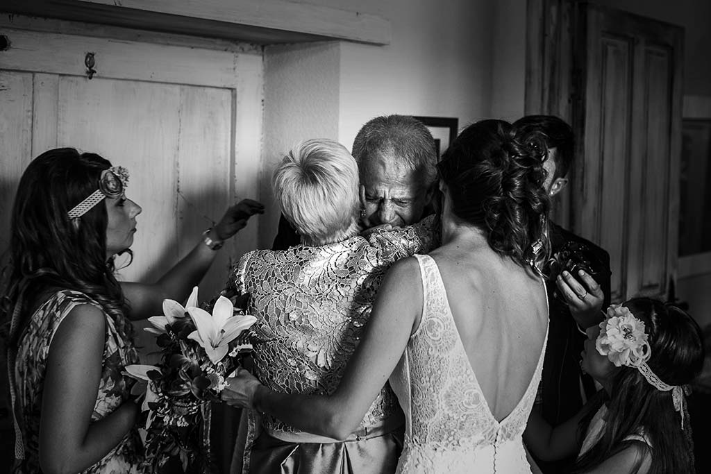 fotografo de bodas Cantabria Isa y Asier abrazos