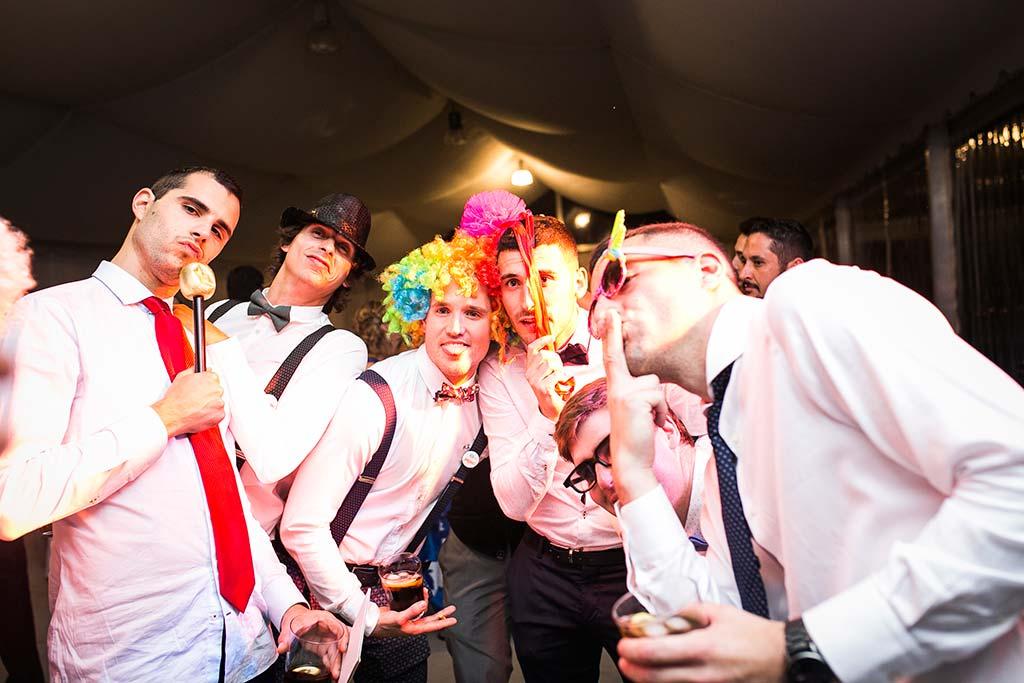 fotografo de bodas Cantabria Isa y Asier fiesta chicos