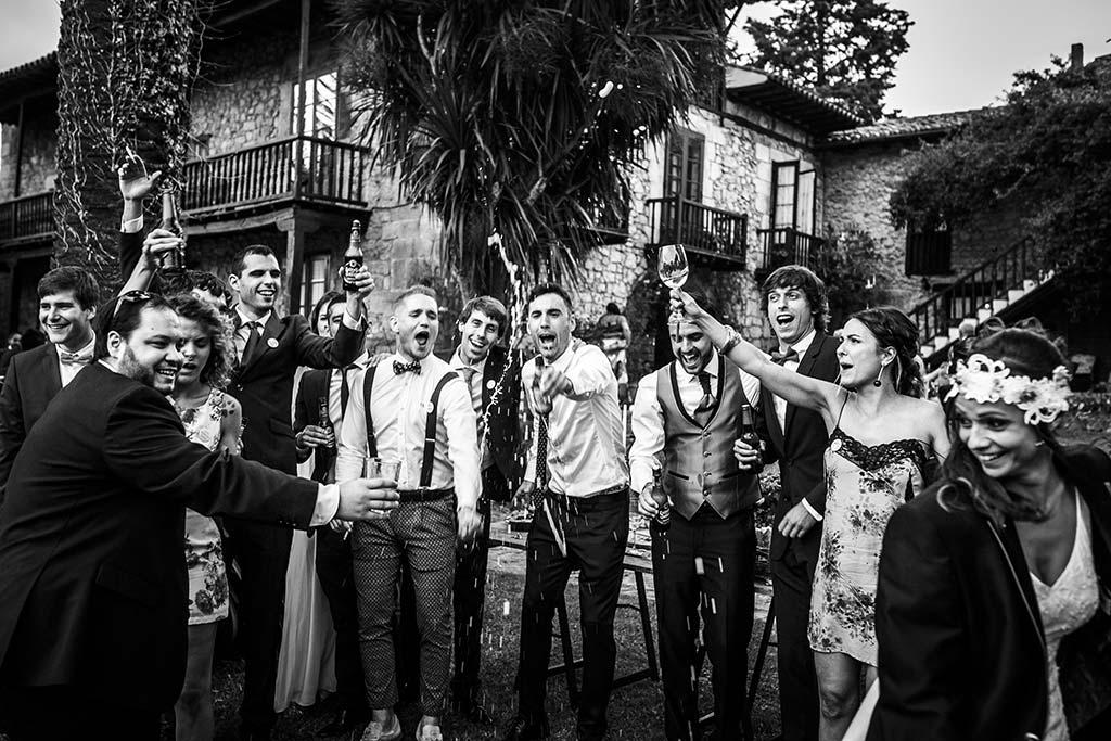 fotografo de bodas Cantabria Isa y Asier brindis