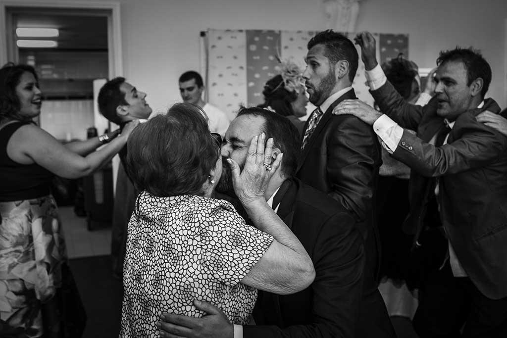 fotografo de bodas santander maria angel beso fiesta
