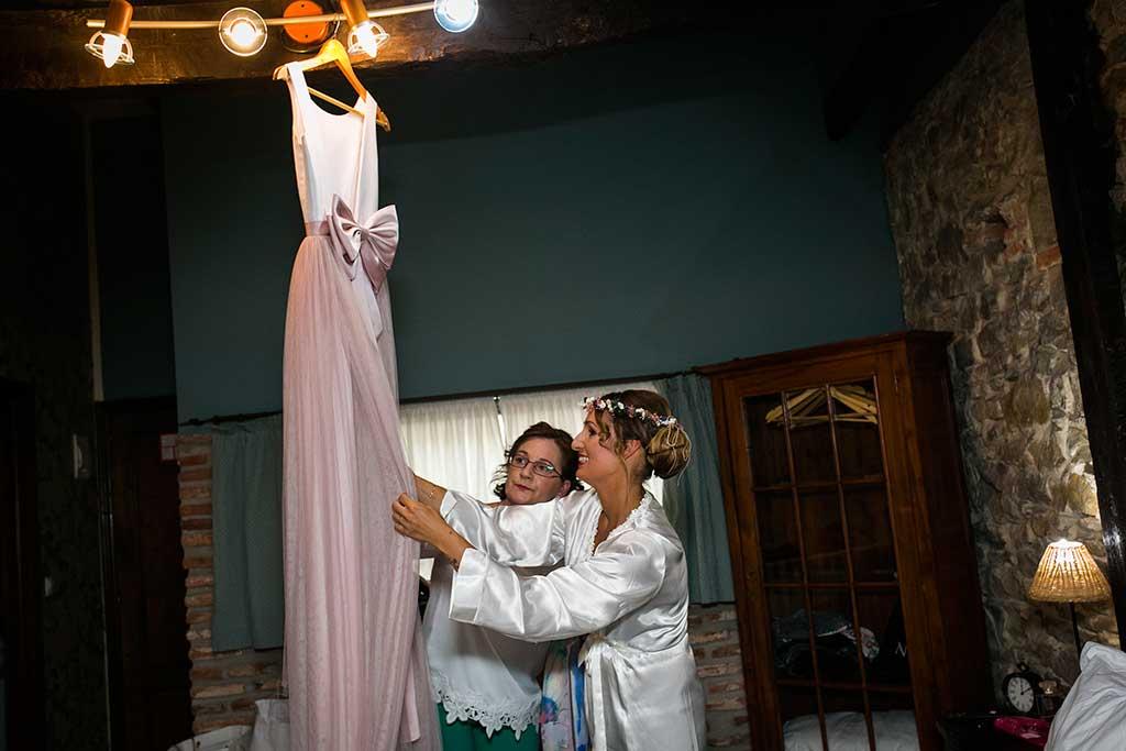 fotógrafo de bodas Cantabria vestido con mama
