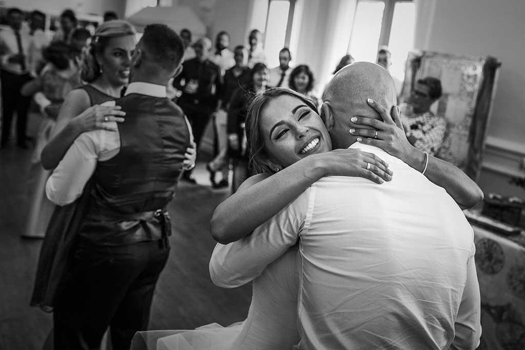 fotógrafo de bodas Santander Sandra y Fran abrazo