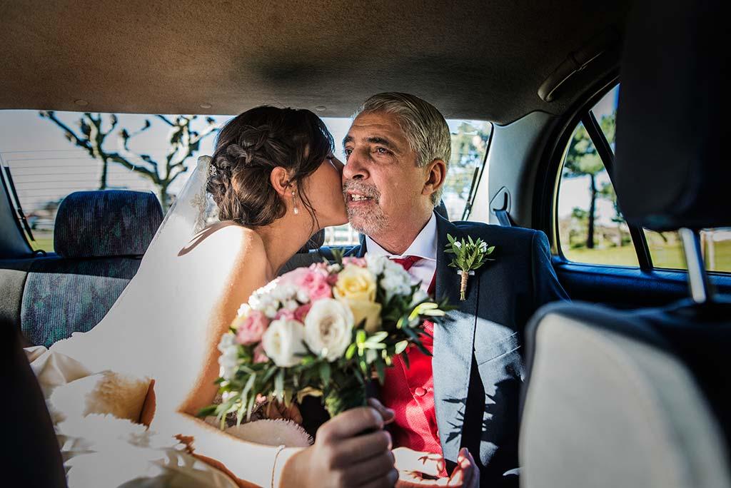 fotografo de bodas en Cantabria Maria y Borja beso papa