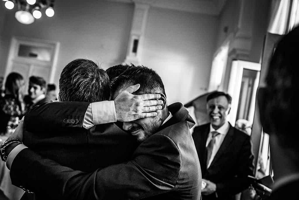 fotografo de bodas en Cantabria Maria y Borja abrazo familia