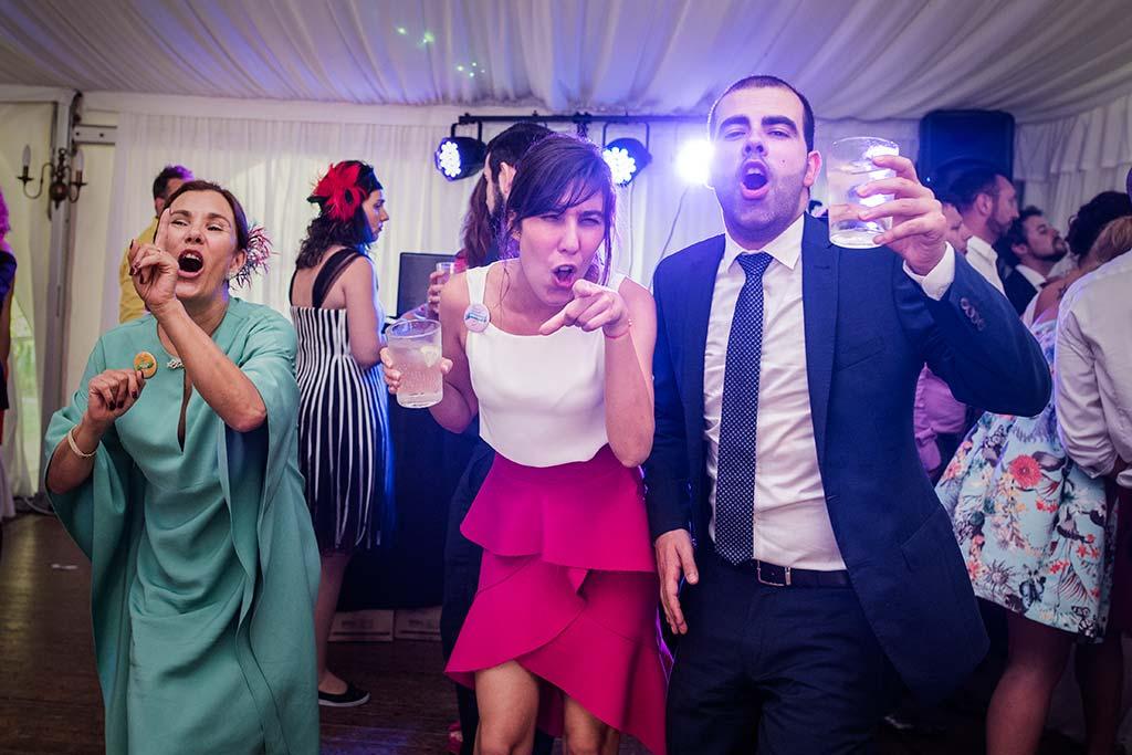 Fotógrafo de bodas Cantabria Marcos Greiz Rebeca y Pablo amigos fiesta
