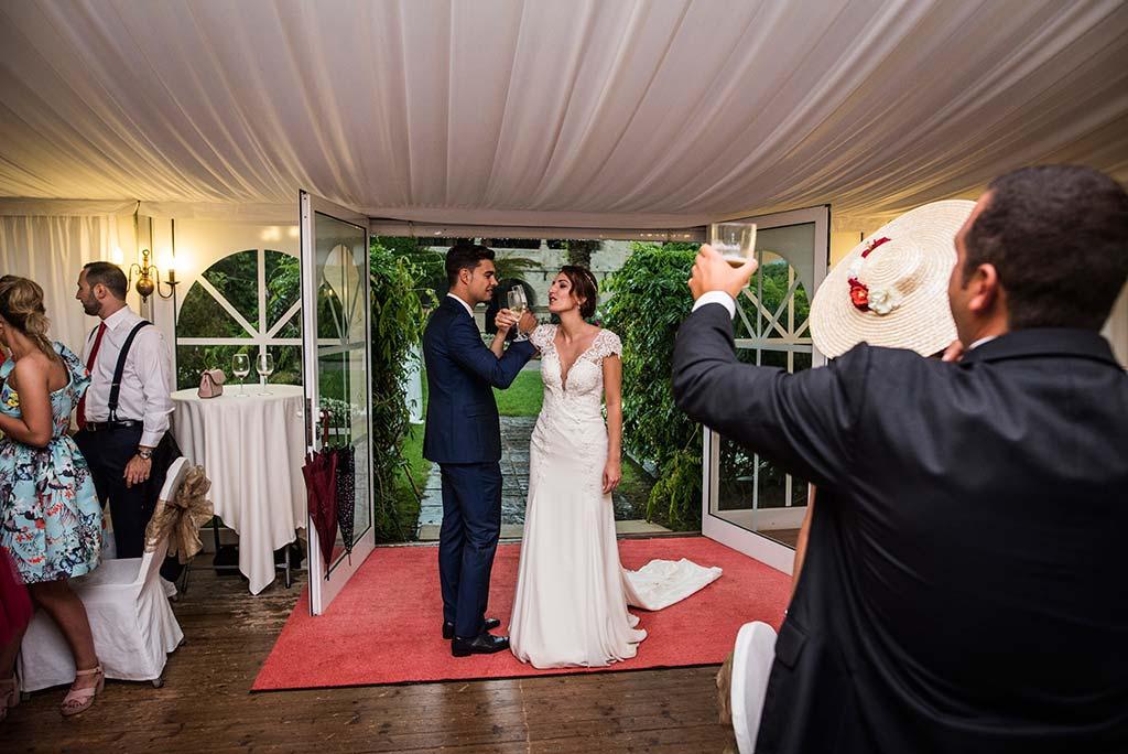 Fotógrafo de bodas Cantabria Marcos Greiz Rebeca y Pablo brindis novios
