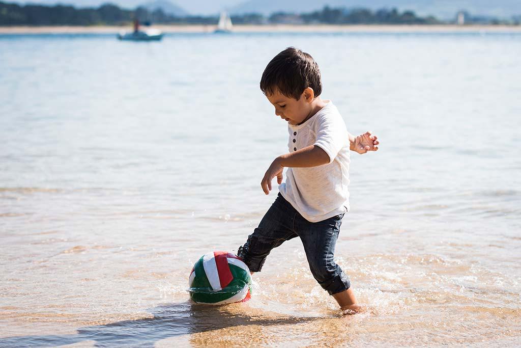 fotos de niños Santander Marcos Greiz Alex balon playa