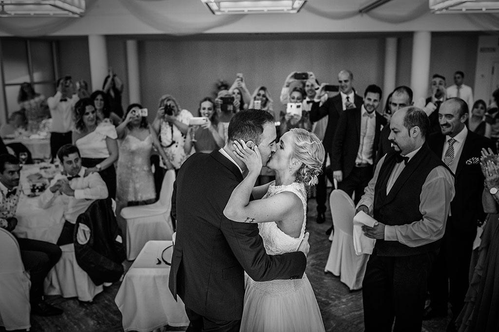 Fotografos de boda Cantabria Maria Aaron Marcos Greiz beso tarta