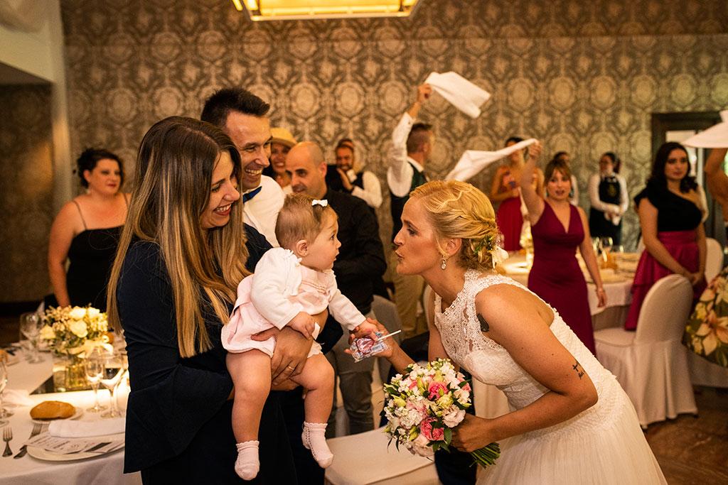 Fotografos de boda Cantabria Maria Aaron Marcos Greiz besito nena