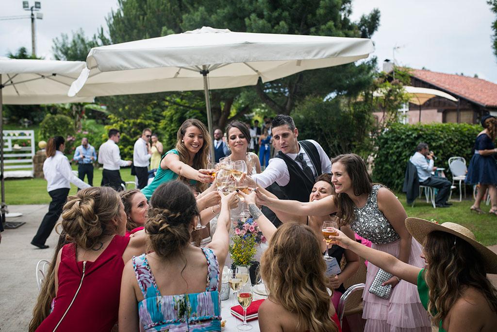 fotógrafo de bodas Santander Marcos Greiz Maria y Javi brindis amigos