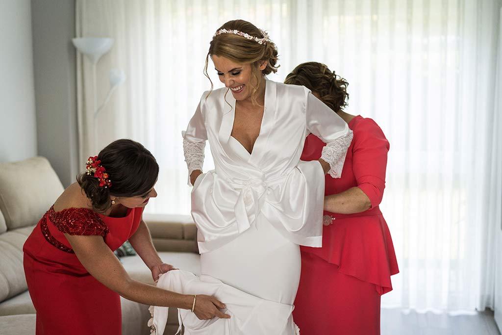 Fotógrafo de bodas Cantabria Marcos Greiz Isa Jose vistiendose